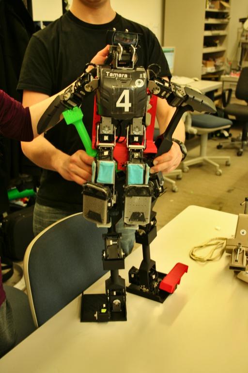 Roboter steuert Mech