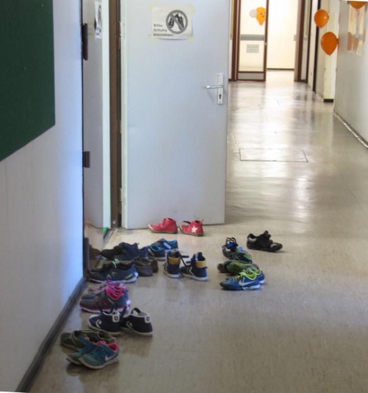 Schuhe vor dem Feldraum